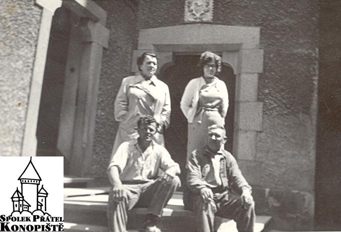 Barbora Doudová (horní řada vlevo) s Marií Krumphanzlovou a dalšími zámeckými zaměstnanci na horním nádvoří.