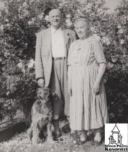 Josef a Barbora Volfovi na zahrádce svého domku v Benešově. (Foto: Rodina Volfova)